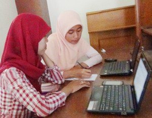Mahasiswa Prodi Matematika berdiskusi untuk persiapan persentasi PKM